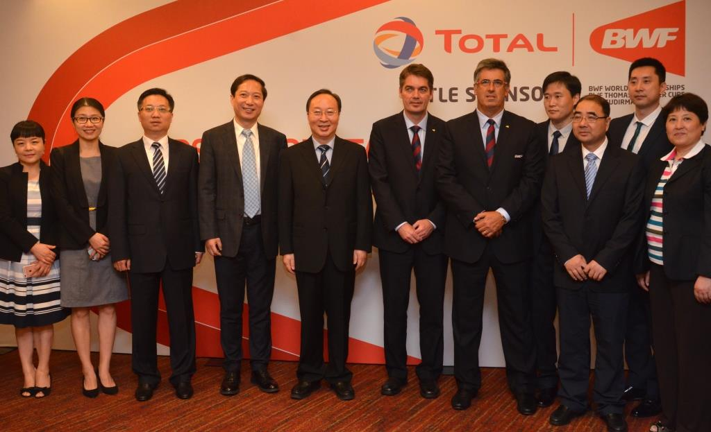 The delegation from Nanjing, China, with BWF President Poul-Erik Høyer (sixth left) and BWF Deputy President Gustavo Salazar Delgado (seventh left).