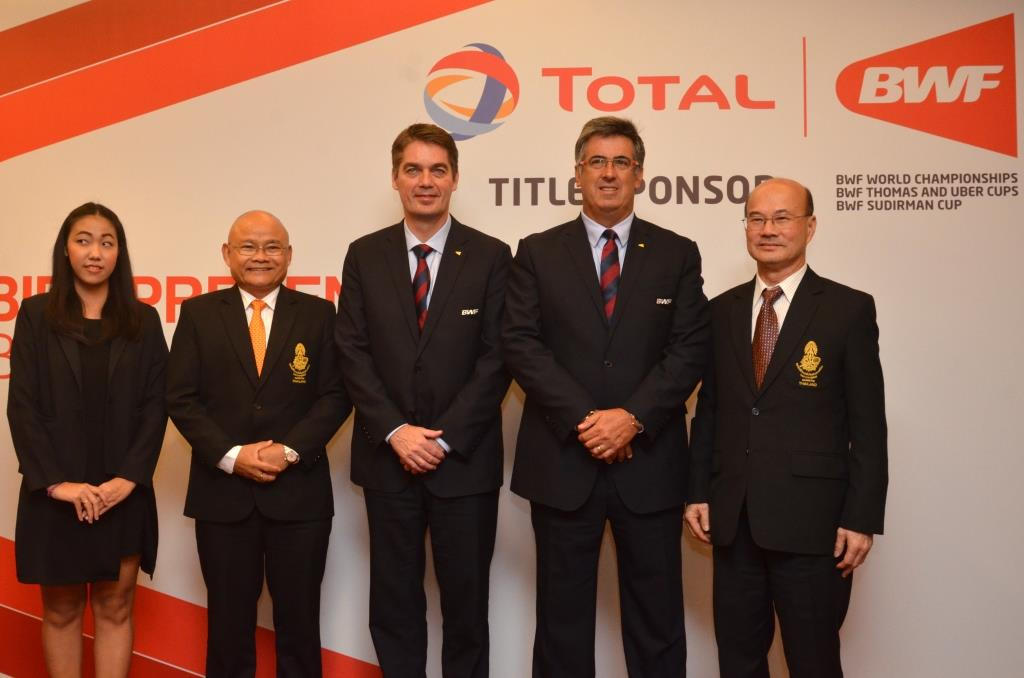 BWF President Poul-Erik Høyer (third left) and BWF Deputy President Gustavo Salazar Delgado (second right) are pictured with the delegation from Bangkok, Thailand.